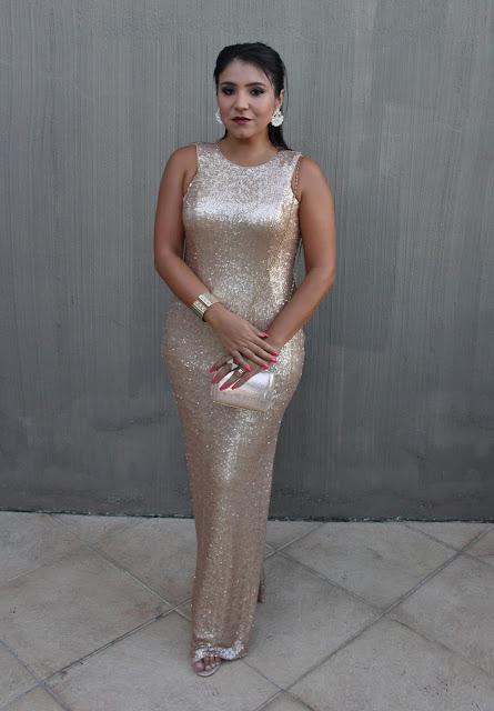 Look de Festa: Vestido Longo de Paetês Dourado e Fenda Lateral
