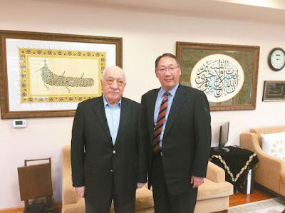 葛蘭(左)在美國寓所接受本報副總編輯郭崇倫(右)專訪。 「服務運動」提供