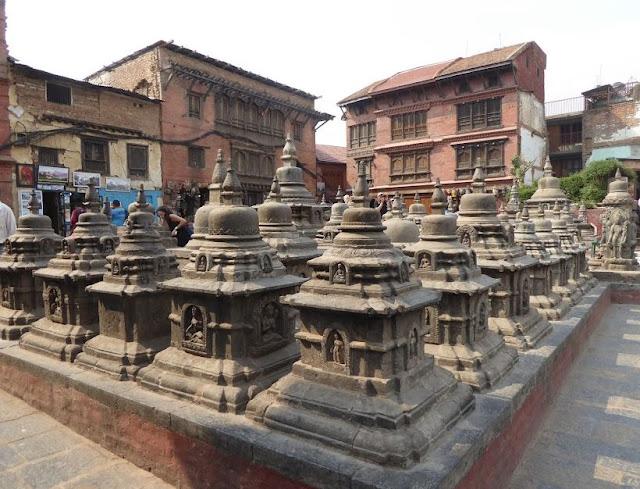 tempietti in pietra nel tempio di Swayambhunath