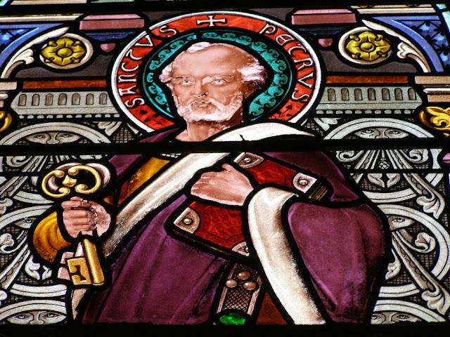 vitrail de l'église de Sail - Pierre ©Défrade