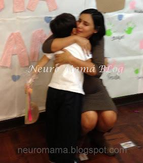 Mamá llorando mientras abraza fuerte a su hijo