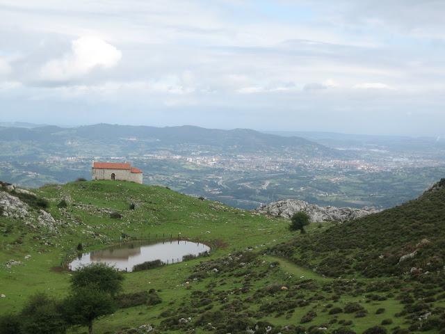 Rutas Montaña Asturias: Vista de la Ermita de Santiago en el Monsacro