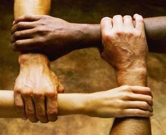 Foto de manos de diferentes colores y unidos