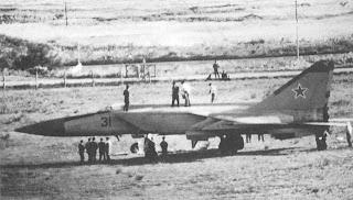 Tecnici e vario personale intorno al MiG-25 di Belenko.