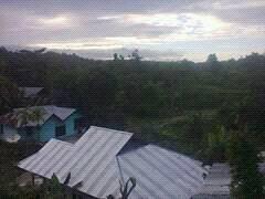 sekelompok orang sabar memicahkan batu di kampung skendi kabupaten sorong selatan