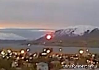 Webkamera rögzített egy fényes gömböt Akureyri városában - Videóval