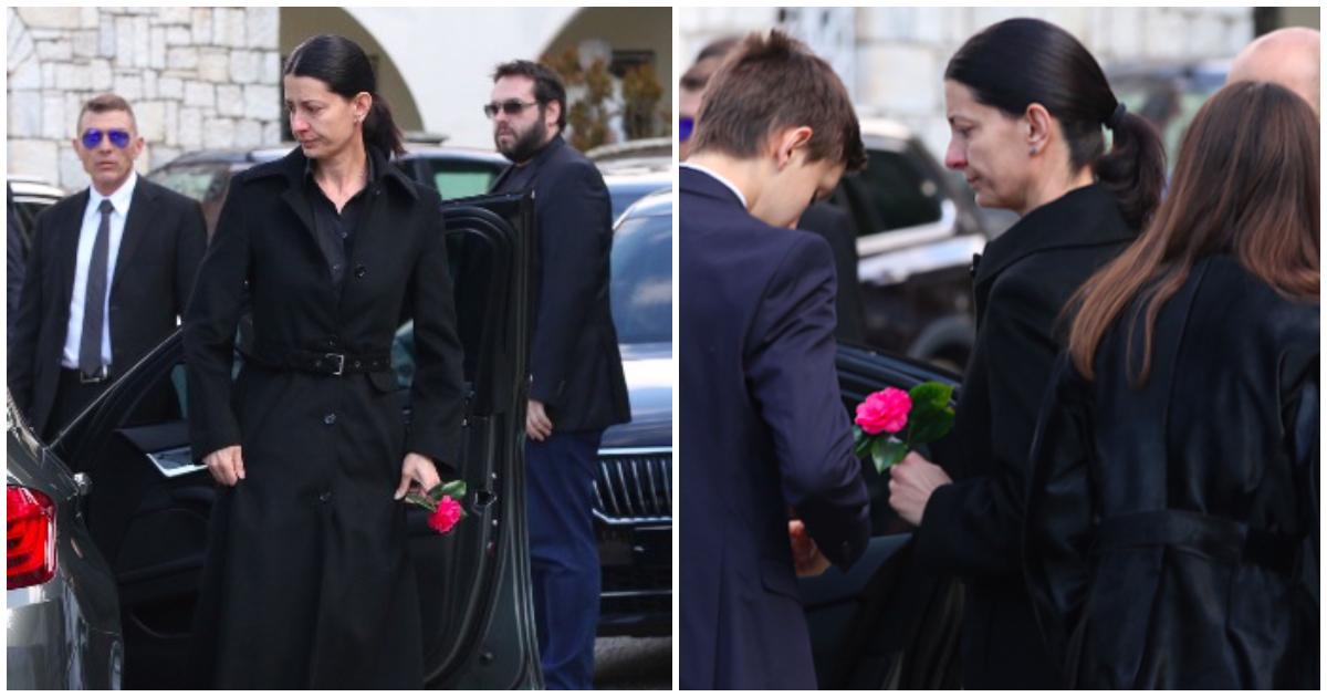 Κηδεία Θέμου: Καταρρακωμένη η σύζυγος του, Βασιλική, δίπλα στα παιδιά της