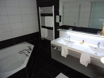 Badezimmer Mit Eckbadewanne Modern