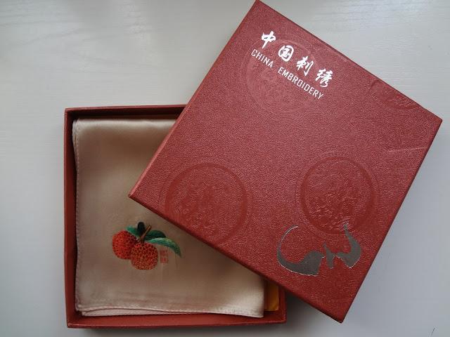 Caja con pañuelo chino con bordado de Guangdong