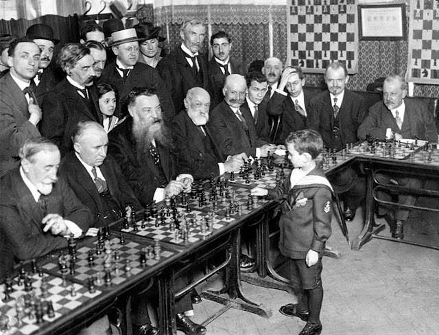Samuel Reshevsky jugando al ajedrez