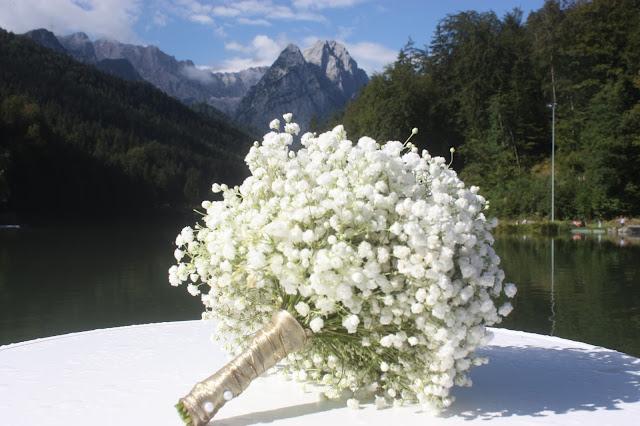 Schleierkraut-Brautstrauß, Gold und Weiß, goldene Sommerhochzeit im Riessersee Hotel Garmisch-Partenkirchen, gold white wedding in Garmisch, Bavaria, lake-side, summer wedding