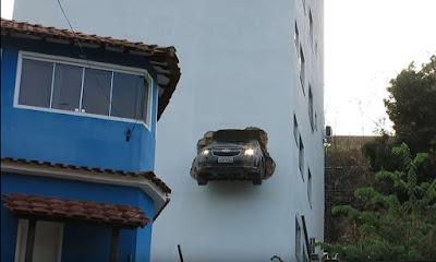Αυτοκίνητο τρύπησε τοίχο γκαράζ