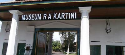 Untuk mengenang jasa R.A. Kartini sebagai pejuang emansipasi perempuan di Nusantara, diresmikanlah Museum Kartini pada 21 April 1977. Terletak di Jalan Alun-alun, Jepara, museum itu mengoleksi barang-barang peninggalan Kartini, seperti meja belajar, canting, dan foto-foto beliau serta keluarganya.