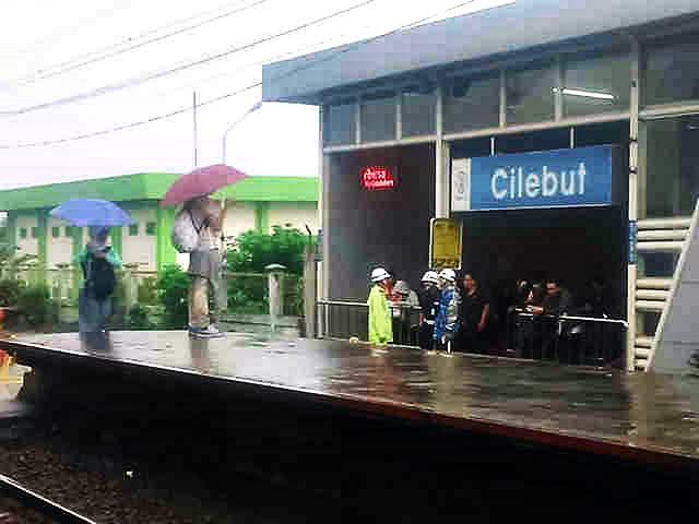 Sedia Payung Sebelum ... Naik Commuter Line
