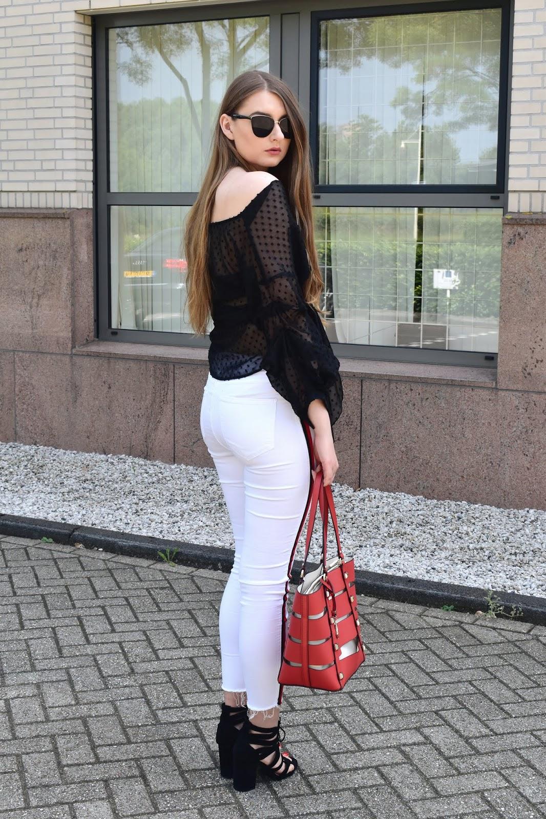 co nosić z białymi spodniami