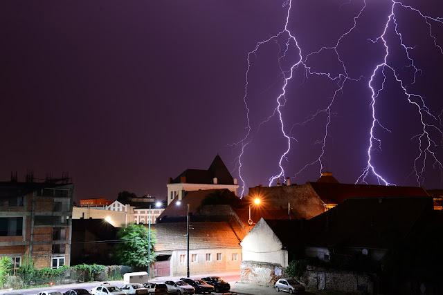 Imagini spectaculoase cu fulgerele la Timisoara noaptea trecuta (galerie foto)