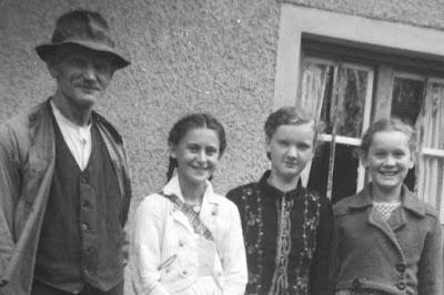 Familie vor dem Haus - 1930-1950