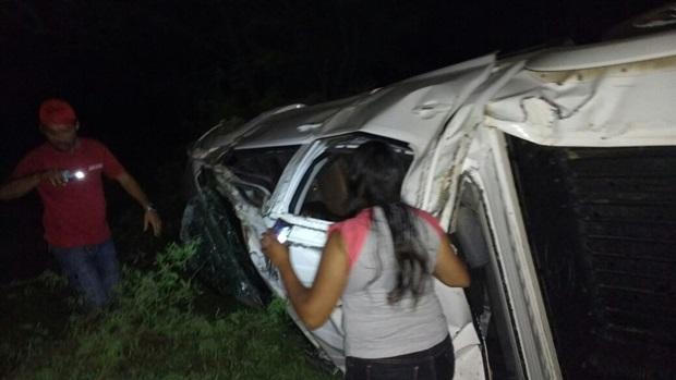 Popular capota carro na PE-160 entre Santa Cruz do Capibaribe e a Vila de Poço Fundo