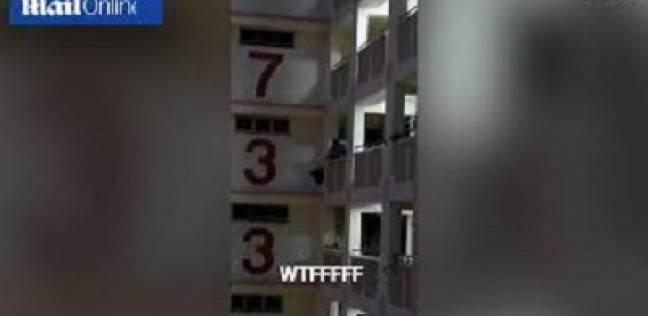 لحظة سقوط قطة من الطابق 11 خلال عملية إنقاذها (فيديو) مصر الان