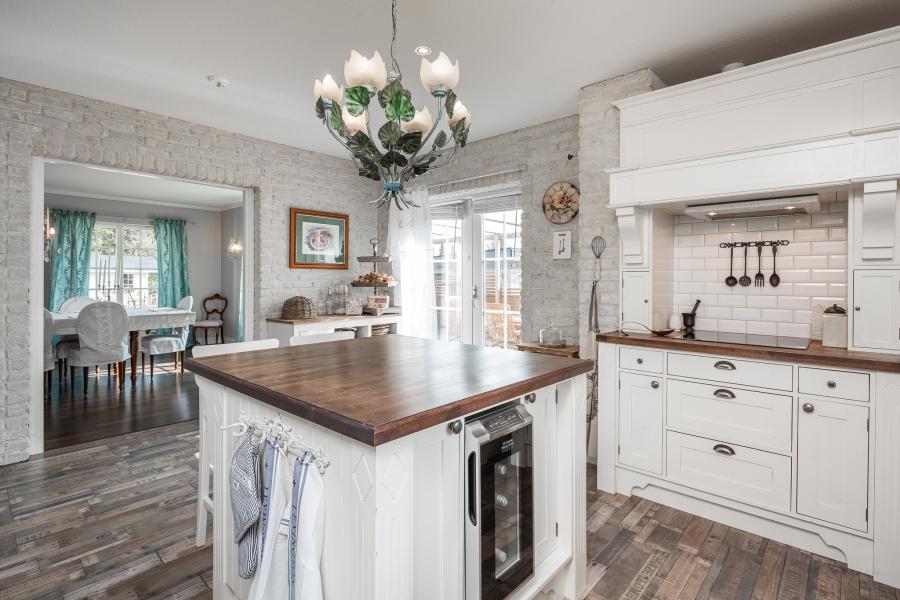 Przytulna kuchnia w stylu prowansalskim, wystrój wnętrz, wnętrza, urządzanie mieszkania, dom, home decor, dekoracje, aranżacje, styl prowansalski, provencal style, kuchnia, kitchen, wyspa kuchenna