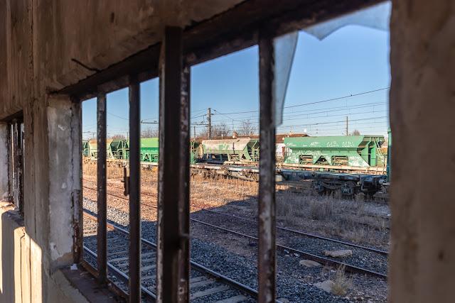 Ventanas, cristales rotos, vías, vagones de Renfe, vagones de trenes abandonados