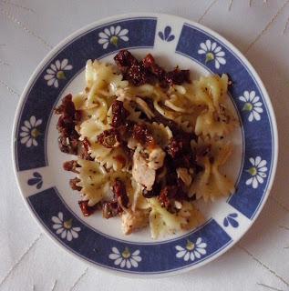 Sałatka z makaronem, kurczakiem i suszonymi pomidorami