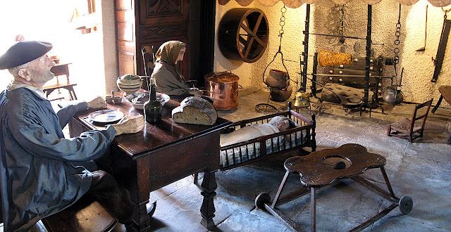 Reconstituição da grande sala de uma casa de camponeses. Museu de Lourdes