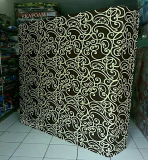 Kasur inoac dengan motif batik coklat tralis