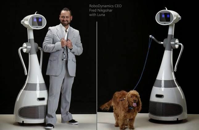 Nella prima foto, Luna è affiancata dal CEO Fred Nikgohar; nella seconda, tiene il guinzaglio di un cane.