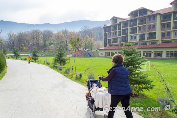 Gazelle otelin bahçesinde bebeğim ve oğlumla dolaşırken. Bolu