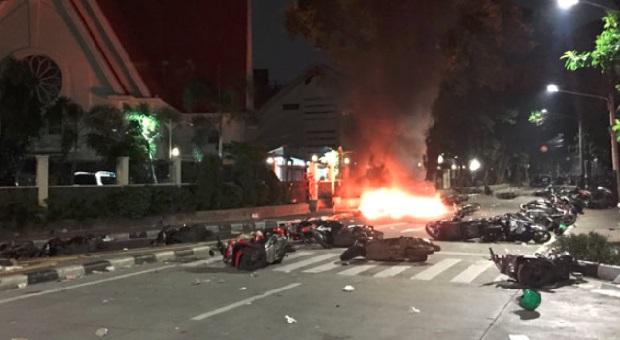 Seorang Wartawan Pasrah Melihat Sepeda Motornya Dibakar Massa