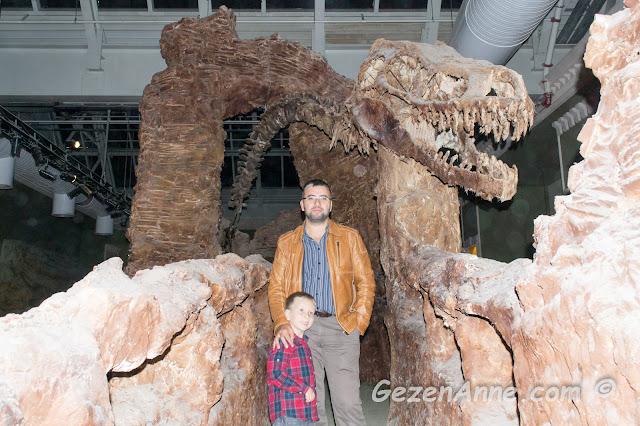 Jurassic Land'te temsili dinozor fosili mağaralarında oğlum ve babası dolaşırken, Forum İstanbul AVM