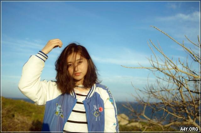 cô gái xinh với mái tóc bay lưa thưa che mặt