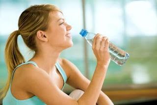 2. Minum Setidaknya 8 Gelas Air Setiap Hari