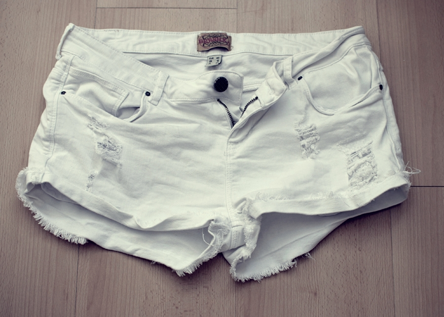 New in: White denim shorts