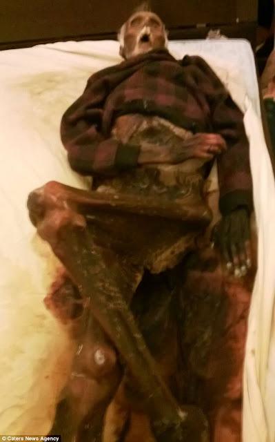 wanita yang hidup dengan mayat suaminya yang telah membusuk