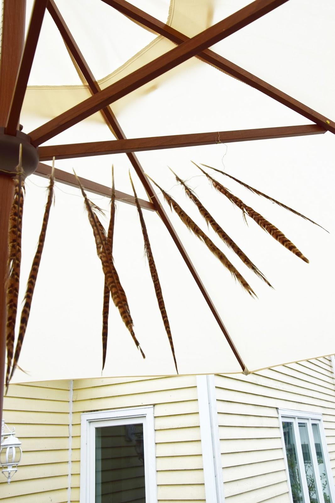 DIY Deko aus Federn für den Sonnenschirm. Girlande Federgirlande selbermachen aus Federn und Draht. Boho Style Deko Dekoidee Balkon Terrasse Garten Sonnenschutz