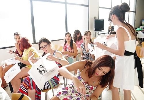 Monika sanchez repartiendo bolsas evento blogger alicante