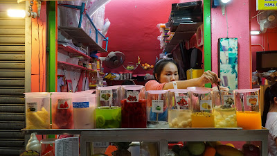 One of many fruit shake stalls at the night bazaar
