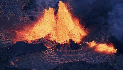 Lahar panas meluncur dari perut gunung Kilauea