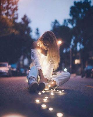fotos tumblr con luces en la calle sentada