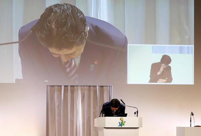 Thủ tướng Nhật Bản Shinzo Abe cúi đầu xin lỗi