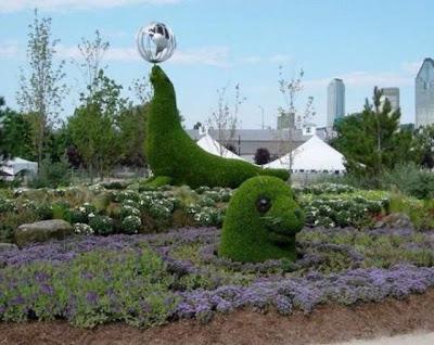Focas escultura con arbusto en el jardin