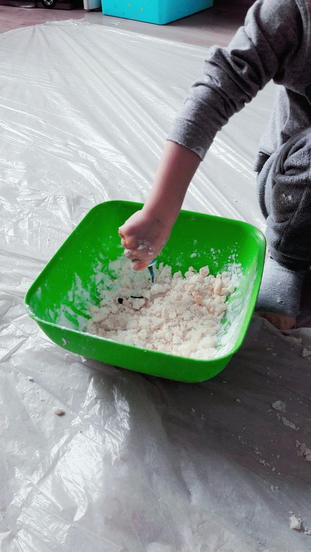tworzymy ciastolinę dodając barwnik spożywczy i mieszając ciasto