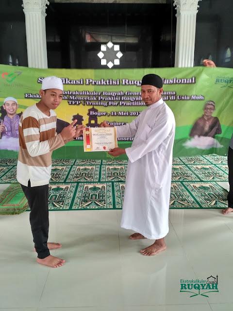 Penyerahan sertifikat profesi praktisi ruqyah nasional untuk Cecep Maulana, P.QHi