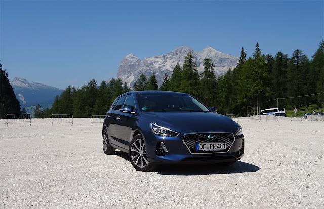 Hyundaii30 auf staubigen Parkplatz an Talstation Rio Gere, Berge im Hintergrund