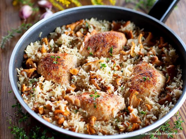 kurczak duszony, danie jednogarnkowe, drob, mieso, z ryzem, grzyby, kurki, obiad, kawalki kurczaka, udka, udziki