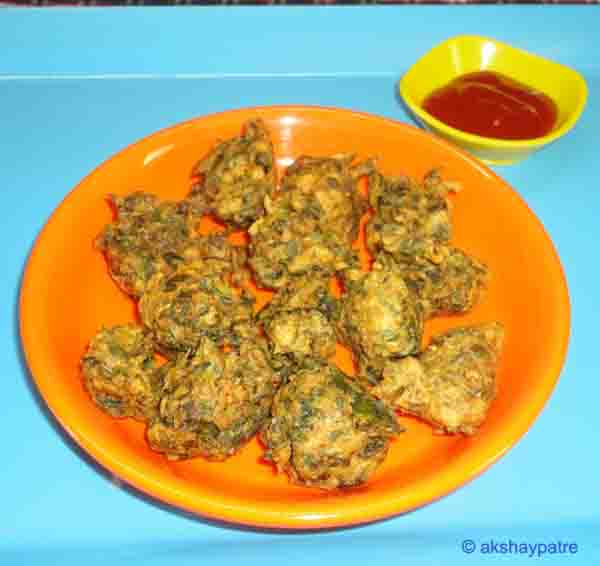 Palak pakoda in a serving bowl