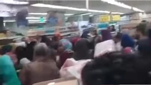 بالفيديو والصور- اشتباكات بالايدي وصراخ داخل كارفور للحصول على الأرز المخفض
