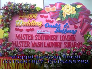 rangkaian karangan bunga papan happy wedding
